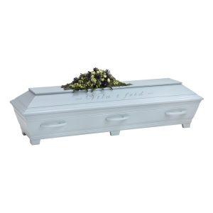 en kista i ljusblått med text på sidan samt blommor ovanpå
