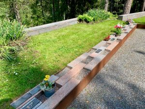 Askgravar på en askgravplats på en kyrkogård